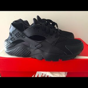 Nike Air Huarache Run Triple Black size 5y